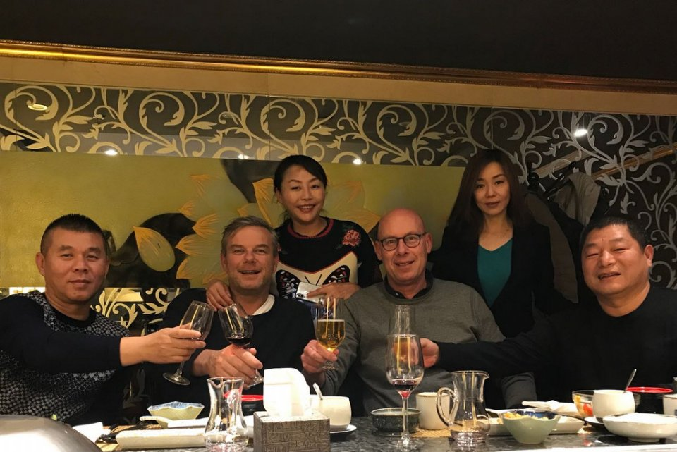 Mr. en Mrs. Wang - Henk Jurri�ns - Evert Jan Eijerkamp and  on the right Mr. Xu president Pioneer Club